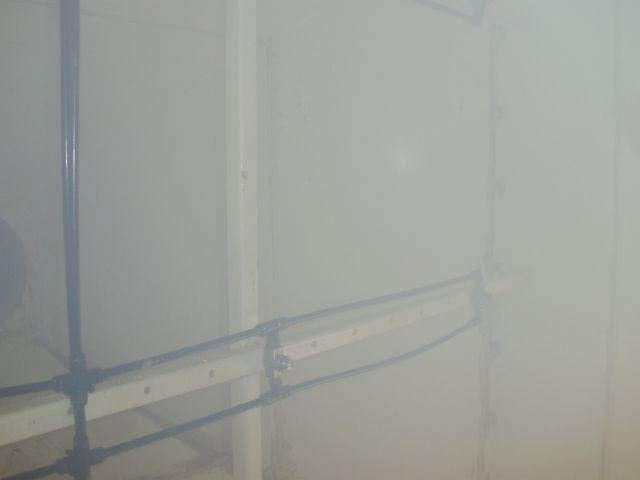 広範囲に一定の水量・水圧で噴霧できる特殊ノズルで霧化散水