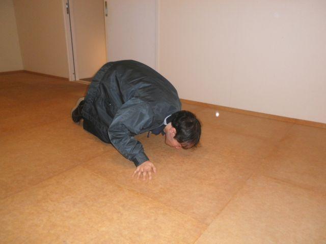 床面を臭気確認