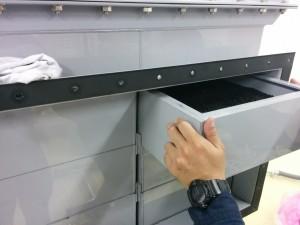 装置から活性炭フィルターを引き抜き