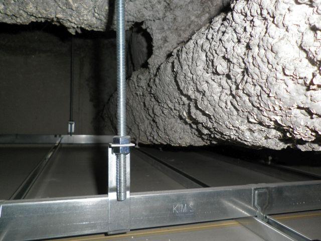 天井裏や壁裏を確認